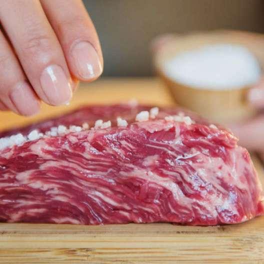 Rindfleisch wird gesalzen